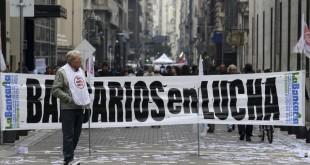 zzzznacp2 NOTICIAS ARGENTINAS BAIRES, MAYO 26: Vista de las protestas realizadas por el microcentro porteño por parte de bancarios, al comenzar con el paro general del gremio. FOTO: JUAN VARGASplzzzz